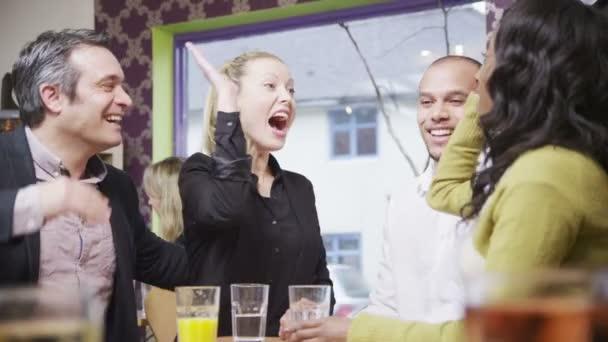 boldog baráti társaság vagy üzleti kollégák chat együtt egy kis kávézóban