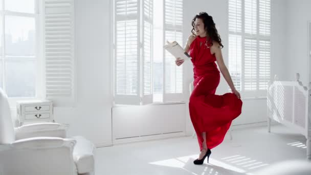žena v červené šaty, večer se vrací domů