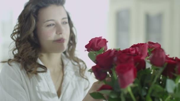 žena uspořádáním váza růží