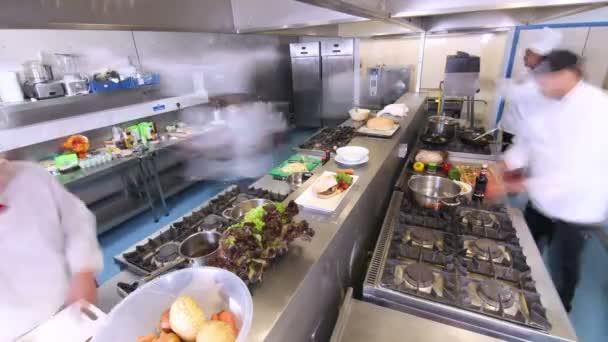 Ocupado equipo de chefs preparando la comida en una cocina for Equipo para chef