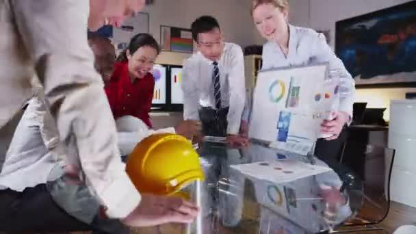 zaneprázdněn tým architektů a inženýrů v jednání
