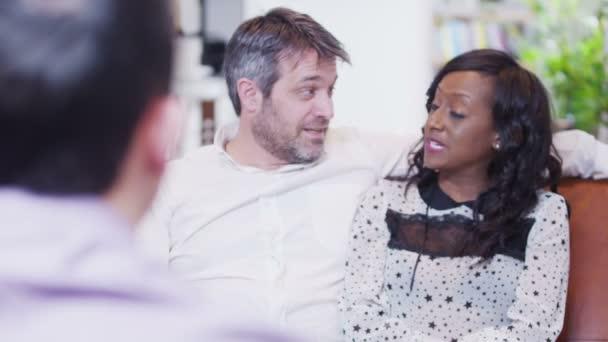 atraktivní pár v diskusi s jejich finanční poradce