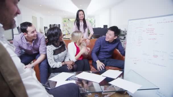 neformálně oblečený tým odborníků jsou debaty na setkání