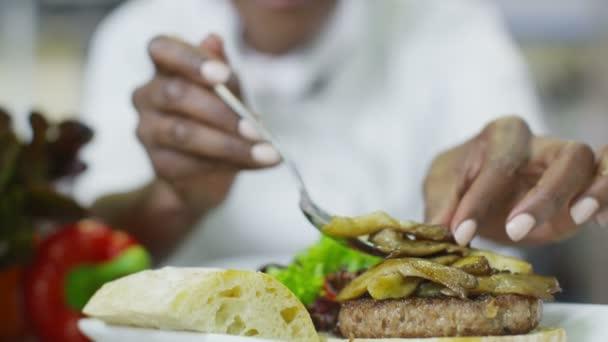 Leckere Gourmet-Burger ist der letzte Schliff vom Chef gegeben