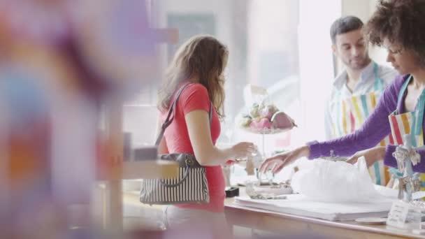 ukládat asistent slouží zákazníkovi