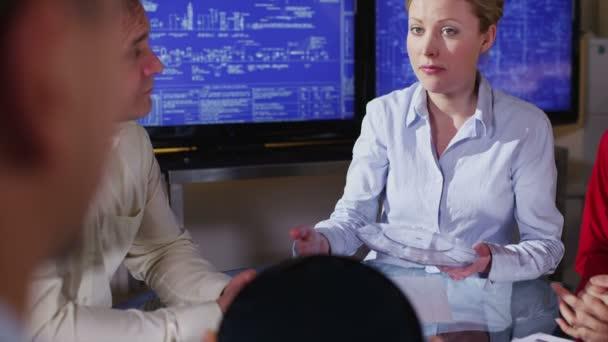 attraente femmina architetto o ingegnere in una riunione daffari