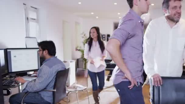 podnikatelé v lehké a moderní otevřený plán kancelářské prostory