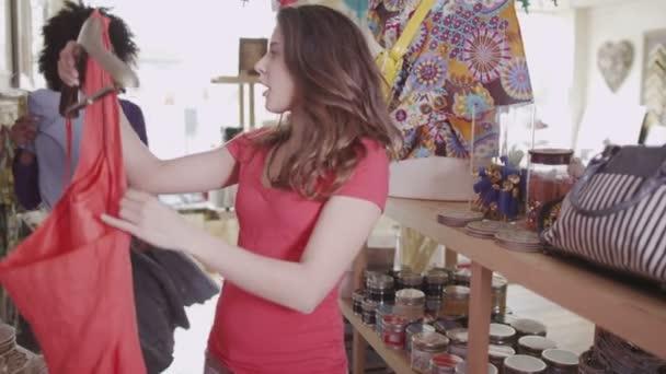 ženy jsou nakupování oblečení