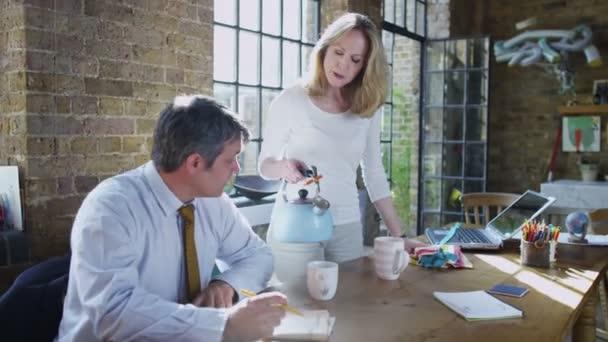 manželka dělá její manžel šálek čaje