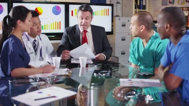 heterogene Gruppe von Medizinern in einem Treffen mit einer Krankenhaus-Exekutive