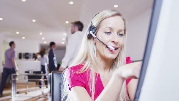 mladý kreativní profesionální pracovník udržuje styk s klienty prostřednictvím hlavy sada