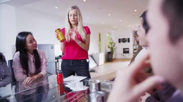 dynamické mladé marketingového týmu jsou debaty na setkání