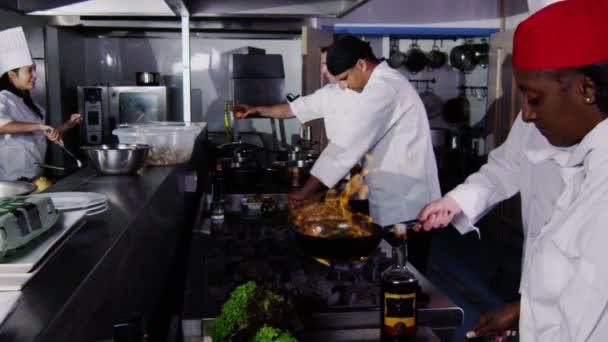 tým profesionálních kuchařů, příprava a vaření jídla v komerční kuchyně