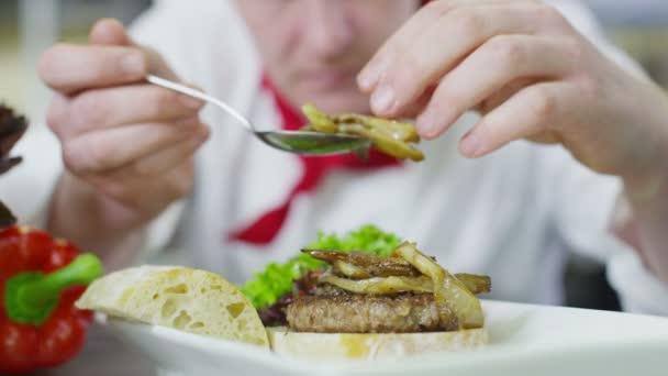 Lahodné hamburger je dána dotváří šéfkuchaře