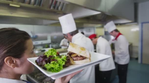 lahodné hamburger je připravuje šéfkuchař a odvezena do servírka