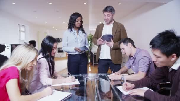 dynamické mladí architekti v obchodním jednání