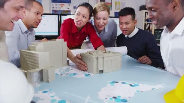 glücklich und attraktive gemischter Ethnizität Team von Architekten oder Ingenieure in einer Besprechung