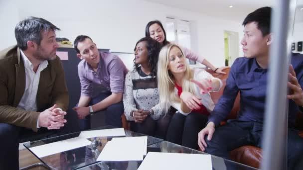 Fotografie lässig gekleidete Team von Fachleuten sind brainstorming in einer Besprechung