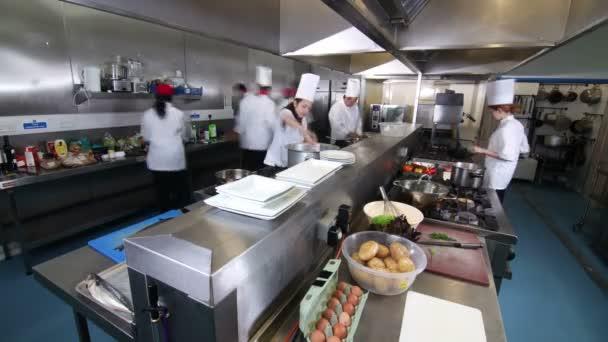 upptagen team av kockarna laga mat i kommersiella kök