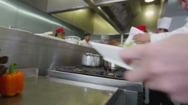 Profesionální kuchaři, příprava a vaření jídla v komerční kuchyně