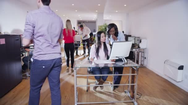 obchodní lidé pracují společně v lehké a moderní otevřený plán kancelářské prostory