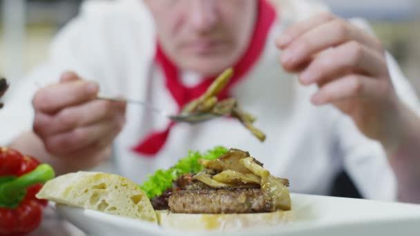 Lahodné jídlo je dána dotváří šéfkuchaře