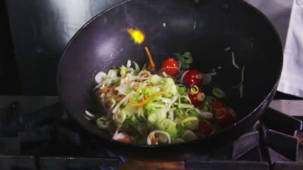 profi szakács egy kereskedelmi konyha főzés flambírozott stílus