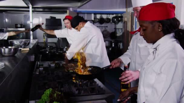 profi szakácsai előkészítése és főzés az élelmiszer-kereskedelmi konyha