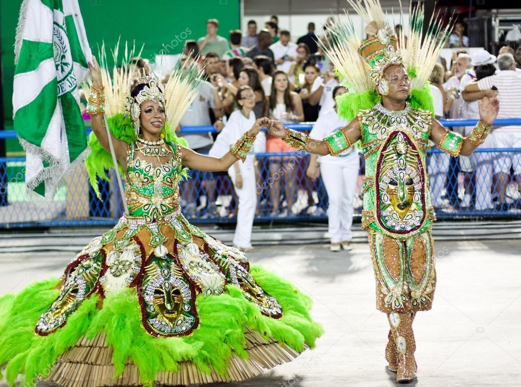 3234fc2cf1e1 Rio De Janeiro - 10 de febrero: Una mujer y los hombres en traje de ...