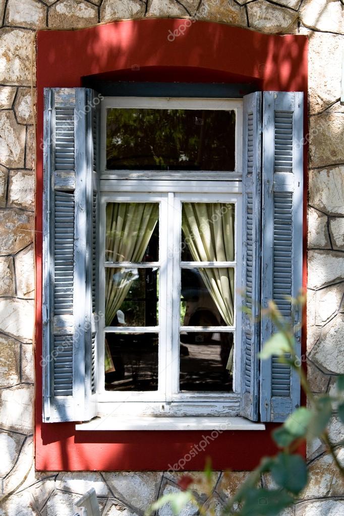 alte fenster mit blauen fensterl den und gelbe vorh nge stockfoto myroslava 32085803. Black Bedroom Furniture Sets. Home Design Ideas