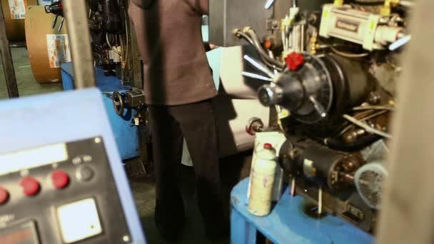 Nastavte nové role papíru na tiskové stroje v tiskárně