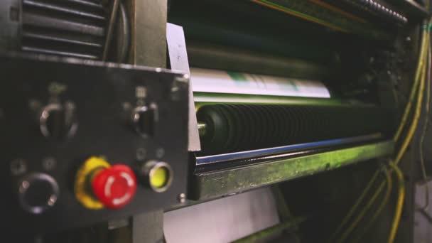 Print shop tiskové stroje detail a červené tlačítko
