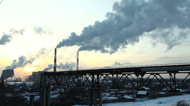 teplotní stanice kouře obloze v zimě slunce