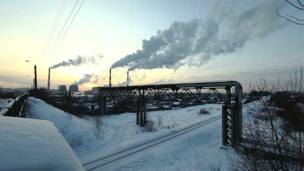 zimní slunce s kouře znečištění z termal stanice