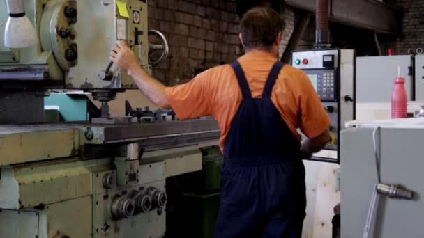 muž práce s vrtací stroj