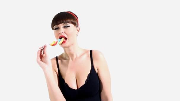 sexy žena jíst sladkosti a tanec