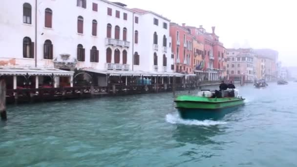 plachta na osobní lodi pod mostem v Benátkách