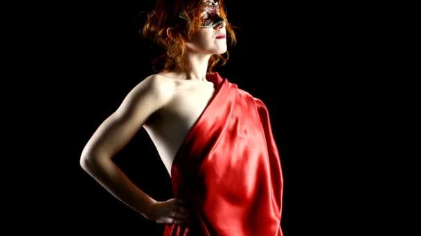 zaměření se na červenou žena v masce pohled na světlo