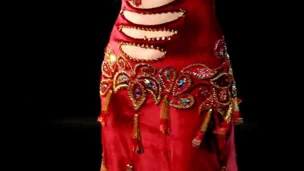 žena břišní tanec v červené pohled a úsměv