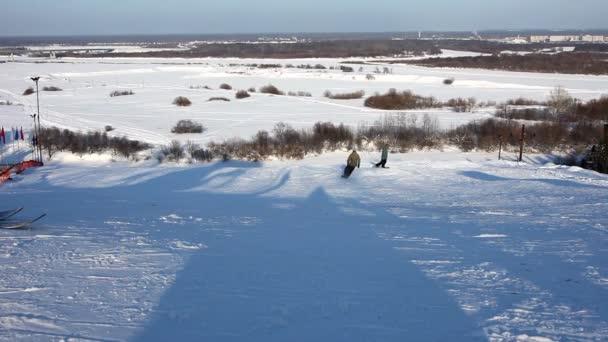 Lyžařský slalom na slunný zimní den s