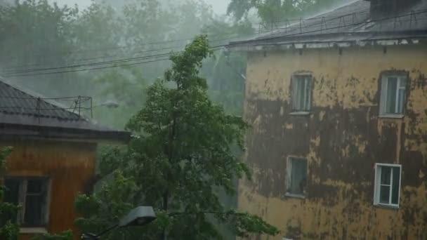 Starkregen mit Wind in der Stadt