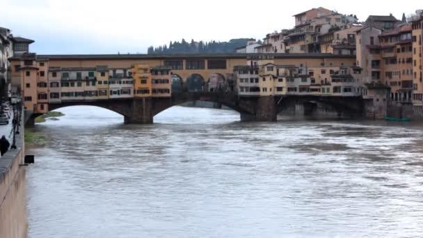 Brücke und Gebäude über Kanal in winterlicher Blüte