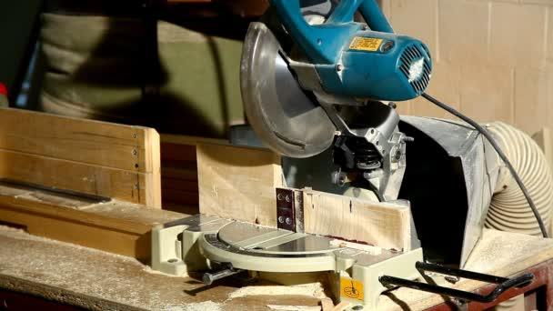kotoučová pila řez součástí dřevěné detaily