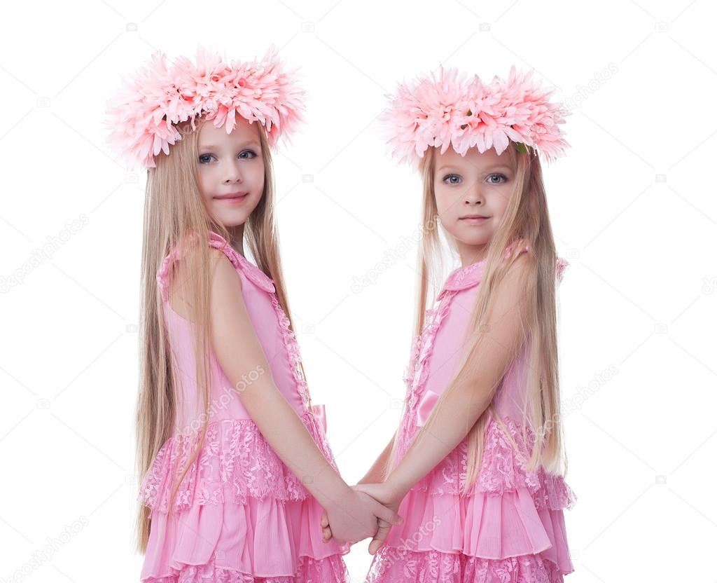 b2860eae9911 δύο όμορφα μικρά κορίτσια σε ροζ φορέματα — Φωτογραφία Αρχείου ...