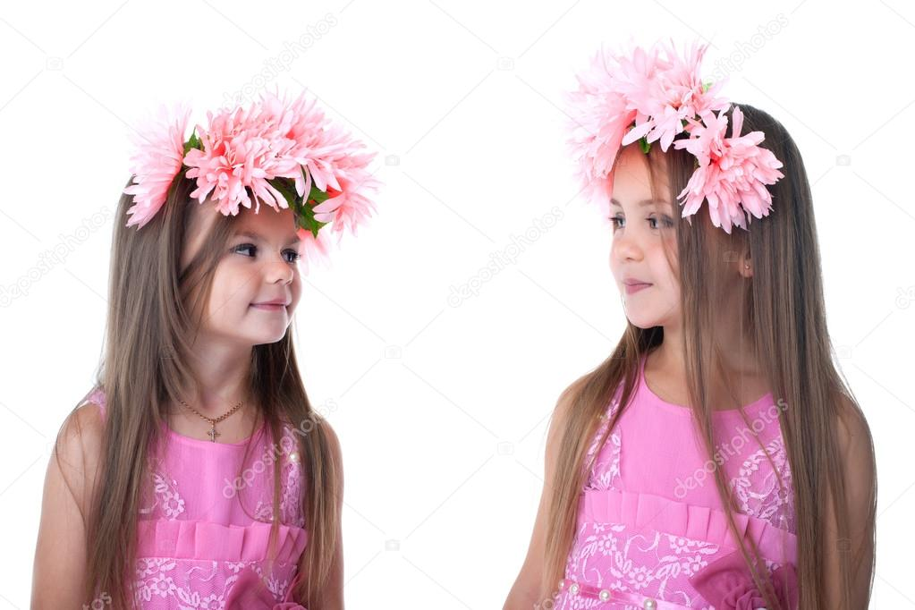 81789705b521 Δύο μικρά κορίτσια σε ροζ φορέματα. απομονωθεί σε λευκό — Εικόνα από ...
