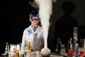 Fotografia studente sorpreso guarda alla reazione dei reagenti