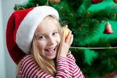Fotografie kleines Mädchen mit Nikolausmütze