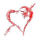 Rotes Wasser spritzt in Herzform