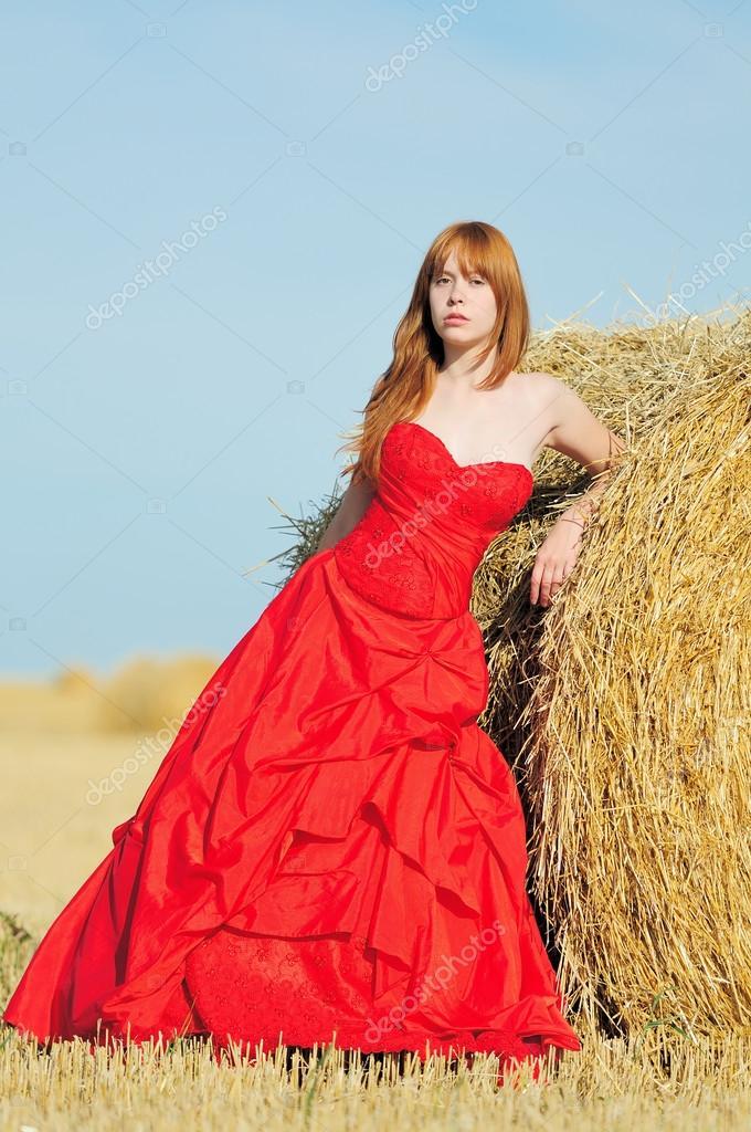Rode Trouwjurk.Bruid In Rode Trouwjurk In Een Veld Stockfoto C Nelik 12680076