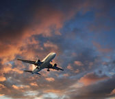 dramatické cloudscape vzletu letadlo